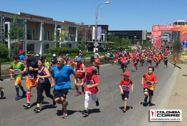 Corriendo por las víctimas de quemaduras en la carrera de los bomberos en Canadá