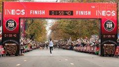 Eliud Kipchoge hace historia y rompe la barrera de las dos horas en la maratón