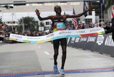 Ezekiel Kipsang de Kenia se queda con el título de la Maratón de Miami